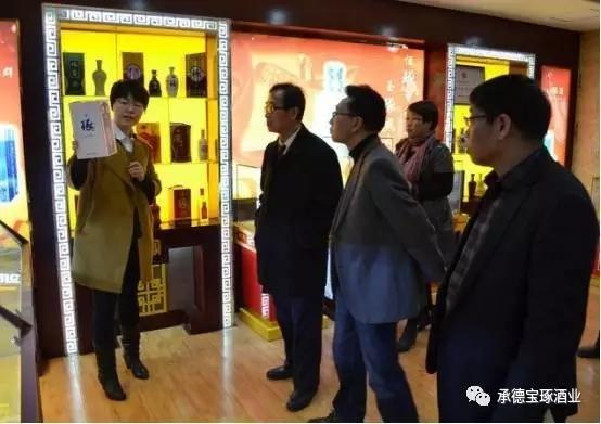 宝琢酒业经理张雅丽向收藏学会领导阐述琢酒所承载的文化基因