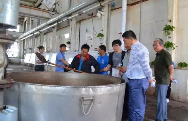 董旭明一行领导首先参观了琢酒生产车间酿制工艺