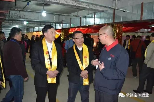 生产副经理杨文军带领嘉宾参观酿酒车间,讲解酿酒工艺并让嘉宾品尝了刚出锅的新酒