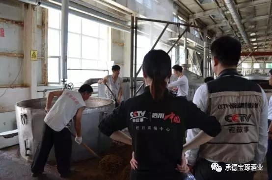 CCTV老故事《信用中国》栏目组来承德琢酒举行开机仪式