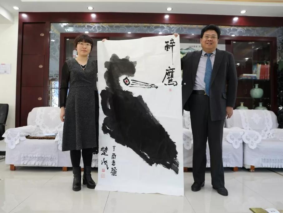 中国通俗文艺研究会会长楚水一行领导来到承德琢酒参观考察